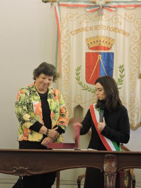 Asesor kultury w Sesto Fiorentino wrecza upominek konsul RP w Rzymie