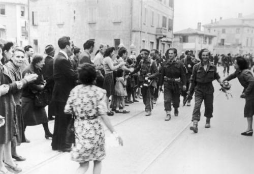 Żołnierze 5 Kresowej Dywizji Piechoty witani przez ludność Bolonii. Narodowe Archiwum Cyfrowe - National Digital Archives, Polska. Zdjecie pochodzi z archwium Konsulatu RP w Mediolanie