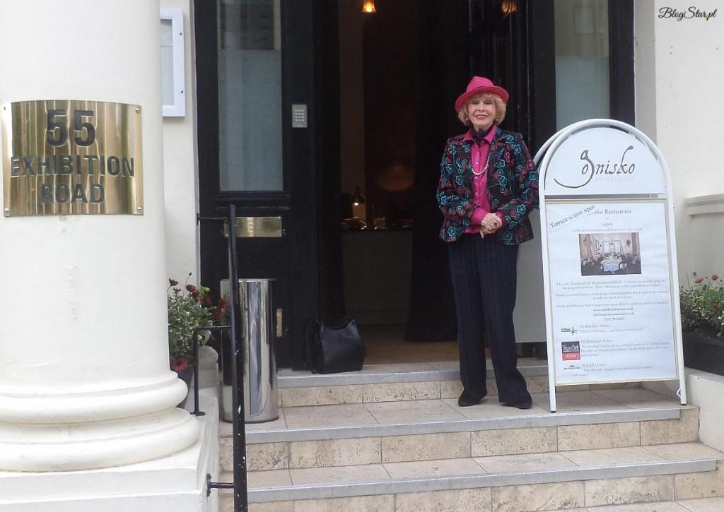 Prezes-Irena-Delmar-przed-klubem-Ognisko1